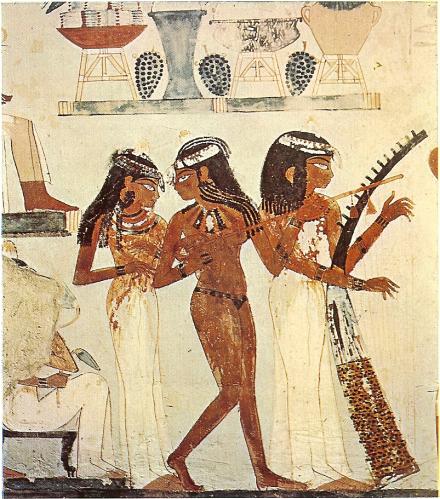 Trois esclaves musiciennes, dont une qui porte seulement une ceinture