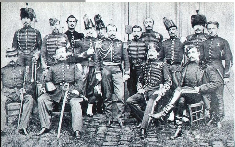 Mission-francaise-au-Japon_Capitaine-Chanoine-debout-au-centre_Jules-Brunet-est-assis-juste-à-la-gauche-du-capitaine