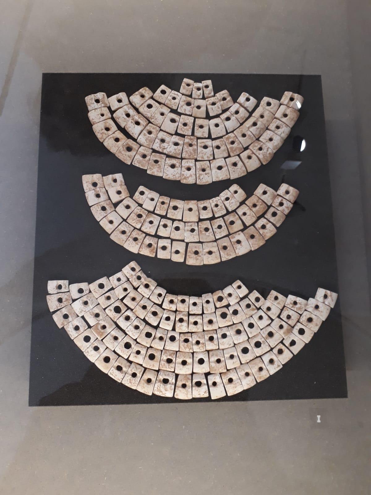 Dans les sépultures modestes, on enterre les défunts avec des objets (tout aussi modestes) de la vie quotidienne, notamment une pierre, venue des Alpes ou encore cette parure funéraire en coquillages, nouvelle preuve du troc entre les différents territoires durant le Néolithique !