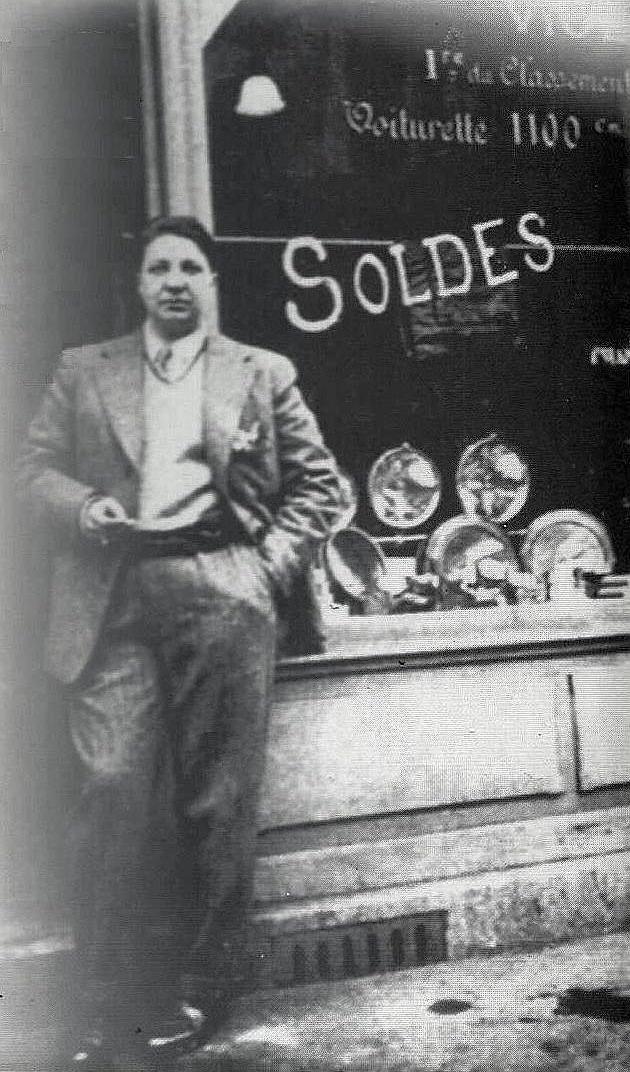 838_violette_morris_devant_son_magasin_damagasin_daccessoires_automobile_parisien_porte_de_champerret_1928